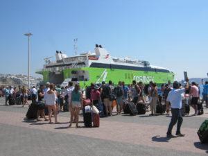Mykonos; Fähre im Hafen.